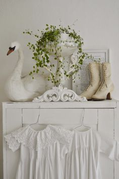 ~ hagbacken.blogspot. se ~ (I actually have a swan like that, which I LOVE. Mine is draped with pearls...)