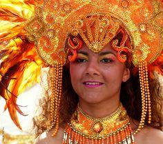 Brasiliansk danserinde med orange maske