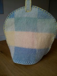 Theemutsen van oude wollen dekens. Verschillende maten, groot, middel en voor kleine theepot.   Prijs: 12,50 - 15 - 17,50 euro