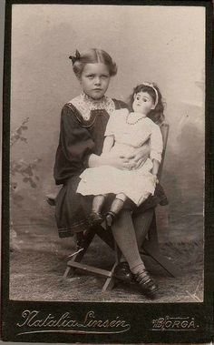 Vintage photo of a girl with her big doll Vintage Children Photos, Children Images, Vintage Girls, Vintage Pictures, Old Pictures, Vintage Images, Old Photos, Antique Photos, Child Doll
