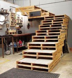 Escaleras hechas de palets  http://www.estiloydeco.com/