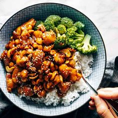 Cashew Chicken – Pinch of Yum Saucy, sticky, crispy, sweet and savory Cashew Chicken! Just like your favorite takeout, but made easy at home. Served with steamy rice and broccoli. Asian Recipes, Healthy Recipes, Ethnic Recipes, Weeknight Recipes, Pan Sin Gluten, Sticky Chicken, Chicken Bites, Asian Cooking, Mets