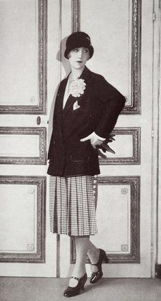 """Les Modes (Paris) 1927 """"Avenue du Bois"""" Tailleur. Creation de la Maison Agnes 30s Fashion, Art Deco Fashion, Fashion History, Retro Fashion, Vintage Fashion, Female Fashion, 1920 Style, Flapper Style, Flapper Girls"""