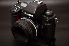 A Nikon F100 é, sem dúvida, uma dos melhores câmeras de filme 35 mm que existe no mercado e que pode ser comprada por pouco mais de 100 euros.