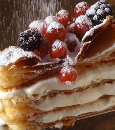 """Millefoglie ... quando em Roma .. ou realmente Toscana :: significa """"Mil Folhas."""" O nome é a montagem considerando as muitas camadas de sopros de creme e frutas incorporadas no núcleo."""