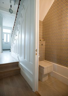 Victorian Bathroom Style Under Stairs 9 Kitchen Extension Victorian Terrace, Victorian Terrace House, Victorian Homes, Bad Inspiration, Bathroom Inspiration, Home Design, Design Ideas, Interior Design, Understairs Toilet