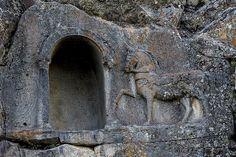 Konya'nın Beyşehir ilçesindeki Fasıllar Mahallesi'nde yer alan yaklaşık 2 bin yıllık geçmişe sahip kaya oyma Lukuyanus Anıtı'ndaki kitabede, at yarışlarının yazılı kuralları olduğu ortaya çıktı.