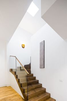 Image 2 of 10 from gallery of Middle Park House / Mitsuori Architects. Photograph by Michael Kai Photography Staircase Handrail, Oak Stairs, Stair Walls, Glass Stairs, Wooden Staircases, House Stairs, Staircase Design, Cleaning White Walls, Traditional Staircase