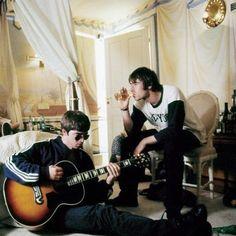 Cigarettes and alcohol Lennon Gallagher, Liam Gallagher Oasis, Noel Gallagher, Oasis Band, Liam And Noel, Estilo Rock, Band Photography, Britpop, Music Icon