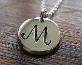 Letra M inicial plata colgante, collar