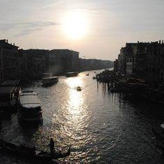 """Observar o sol se por é sempre bonito, mas é um verdadeiro espetáculo quando feito da """"Ponte di Rialto"""", em Veneza. #semfiltro #NaBagagem #NaBagagemIndica #PróximaParada #Rialto #Veneza #Venezia #Veneto #Europa #viagem #Turismo #Turistando"""