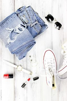 Current fashion trends focus on simplicity and casual elegance.This season is filled with so much fun, bold colours, stripy prints and novel accessories. Street Style is all about boyfriend jeans, crop top, and midi skirts that represent 90s minimalism.