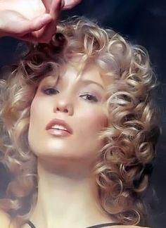 Medium curly hair style image 16.
