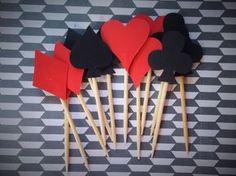 Topper com os naipes de baralho para decorar os doces da festa Alice no País das Maravilhas. São 4 naipes: Paus, Ouros, Copas e Espadas. Pedido mínimo: 12 uniadades (3 de cada naipe) Valor unitário.