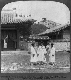 Typical Korean gentlemen before the temple of the God of War, seoul, Korea