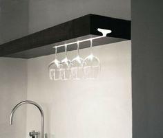 Ophangsysteem voor wijnglazen met LED-verlichting. Made by Julian King.