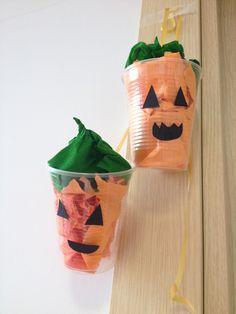 Attività lattanti nido! Manipoliamo tipo di carta arancione e inseriamola in bicchieri trasparenti creando lanterne di halloween!