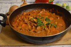 Gulasz wołowy z pieczarkami | Mieszam w garnku Polish Recipes, Polish Food, Kabobs, Thai Red Curry, Food To Make, Main Dishes, Food And Drink, Meals, Ethnic Recipes
