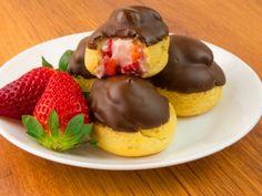 Minieclere pufoase cu căpșuni și glazură de ciocolată – un desert incredibil de fin și savuros!