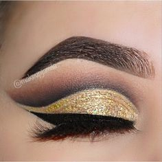 My favourite kind of look , sparkly ✨ cut crease. BROWS - @anastasiabeverlyhills granite #dipbrow, medium brown powder duo, and clear brow gel. SHADOWS - @hudabeauty @shophudabeauty #HudaBeautyRoseGoldPalette using the shades Bae, Sandalwood, Henna, Coco, Blacktruffle, and 24K. Basically the whole palette. LASHES - @lillyghalichi @lillylashes 3D mink Sydney lashes. LINER - @katvondbeauty tattoo liner in trooper. @monakattan @alyakattan @hudabeautyistan @hudabeautyinspiration #HudaBea...