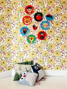 Melanin plates hung on the wall. Great deco idea for the children's room.