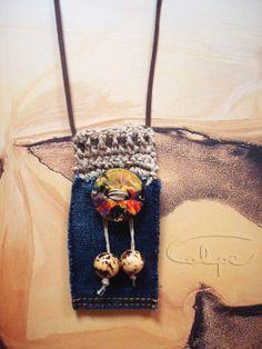 Colgante de crochet con botón pintado a mano y otros complementos. http://calpearts.blogspot.com.es/p/colgantes.html