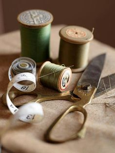I love wooden spools of thread! Vintage Sewing Notions, Vintage Sewing Machines, Vintage Sewing Patterns, Sewing Hacks, Sewing Crafts, Sewing Projects, Sewing Accessories, Room Accessories, Sewing Rooms