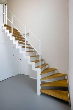 Muizen trap met houten treden en witte trapleuning