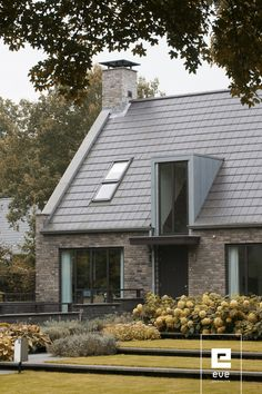 moderne villa_EVE Architecten Roof Design, Exterior Design, Residential Architecture, Architecture Design, House Cladding, Small Modern Home, Porche, Dream House Exterior, House Elevation