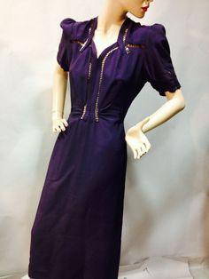"""Robe du soir, attribuée à Jeanne LANVIN, vers 1938. Crêpe de soie noir, manches longues blousantes serrées au poignets, décolleté orné de part et d'autre de """"clips"""" en soie piquée vert vif"""