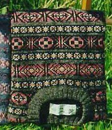 Typical traditional Fair Isle pattern ~ this style of knitting originated from the island of the same name ~ Fair Isle is located at the bottom of the Shetland Islands. Fair Isle Knitting Patterns, Crochet Stitches Patterns, Knitting Charts, Easy Knitting, Knitting Designs, Knitting Yarn, Tejido Fair Isle, Punto Fair Isle, Motif Fair Isle