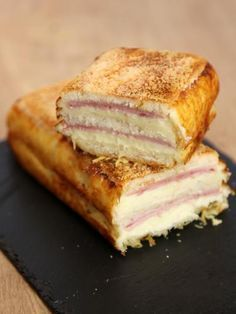 Un croque cake, le croque-monsieur XXL qui met tout le monde d'accord ! Pizza Thermomix, Food Porn, Quiches, Köstliche Desserts, Wrap Sandwiches, Finger Foods, Love Food, Food And Drink, Cooking Recipes