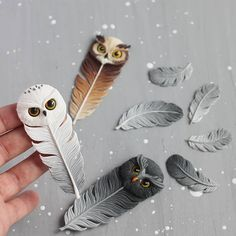 Polymer Clay Owl Feathers - very detailed Polymer Clay Kunst, Cute Polymer Clay, Polymer Clay Animals, Cute Clay, Polymer Clay Charms, Polymer Clay Projects, Polymer Clay Creations, Diy Clay, Clay Crafts
