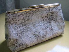Bolsa em tecido adamascado em tons de dourado velho. Forrada com cetim de seda beige, acabamentos em costura francesa. Fecho em metal dourado.Acompanha alca em corrente dourada. R$ 75,00