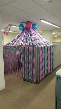 Celebrate - 5 Birthday Cubicle Decorations For Your Office Bestie& Birthday. Cubicle Birthday Decorations, Office Party Decorations, Christmas Desk Decorations, Office Themes, Cubical Ideas, Office Cube, Cube Decor, Ideias Diy, Office Christmas