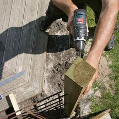 Slik lager du en blomstrende gjerde - viivilla.no Wrought Iron Fences, Backyard Landscaping, Outdoors, Gardening, Gardens, Garden Landscaping, Patio, Fence, Backyard Landscape Design