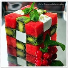 Para decorar sua mesa de Réveillon e receber o novo ano com coresvibrantes e sabores saudáveis. Aperitivo pra o Réveillon: cubos de melancia, kiwi, queijo fresco, folhas de hortelã e cerejas &#82…