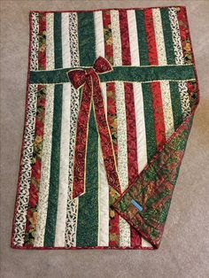 Christmas Present Quilt Christmas Quilting Projects, Christmas Quilt Patterns, Christmas Sewing, Christmas Fabric, Lap Quilts, Jellyroll Quilts, Strip Quilts, Mini Quilts, Lap Quilt Patterns