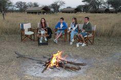 María, Juan, Marí y Jorge descansando tras el safari en el Kati Kati en Serengeti