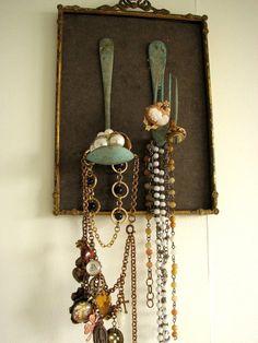 Porta jóias feito com tudo antigo <3 Bandeja, garfo e colher. O ideal é separar colares para que eles não embramem ou tenham suas pedras riscadas ... #fork #spoon #garfo #colher #jewelryholder