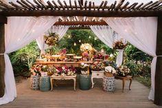 Decoração da mesa do bolo em um Casamento romântico na Praia