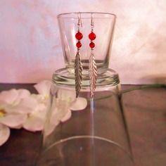 Boucles d'oreille pendantes, plume argenté et perles rouges translucides