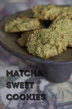 This looks so good! Matcha Cookies, Matcha Tea Powder, Traditional Bowls, Green Kale, Organic Matcha, Sweet Cookies, Healthy Drinks, Fun Desserts