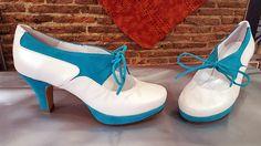 Zapatos de novia en blanco roto y ante azul. Este modelo ya lo han elegido varias novias, algunas de ellas les va a poner unos lazos para abrochárselos en vez de los cordones.