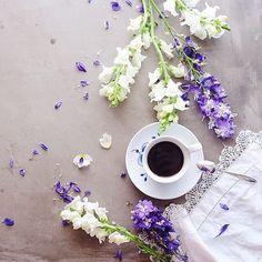 Good coffee and beautiful flowers @mangelka #RoyalCopenhagen #BlueFlutedMega