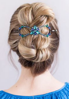 Engaging color combination of sapphire, aqua, and zircon complete with the Iris center flower fashions a brilliant Flexi for any occasion. Wear as a classy french twist or a simple half up. Black Nickel, acrylic, crystal, glass. Simply Charming Shop LillaRose for accessories for all types of hair & lengths! Hair clips, hair band, hair pins & more! Shop and/or become a consultant! Enjoy! www.lillarose.biz/SimplyCharming