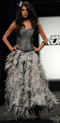 Christopher's Project Runway (Season newspaper dress - not trying to make this but damn you can make a lot of things out of newspaper Alternative Mode, Alternative Fashion, Paper Clothes, Paper Dresses, Project Runway Dresses, Recycled Dress, Newspaper Dress, Paper Fashion, Fashion Show