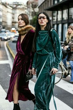 Yes, I'm saying we need to wear velvet robes when we write. Street looks à la fashion week automne-hiver de Milan La Fashion Week, Look Fashion, Autumn Fashion, Womens Fashion, Fashion Trends, Milan Fashion, Street Fashion, Fashion Clothes, Fashion Mode
