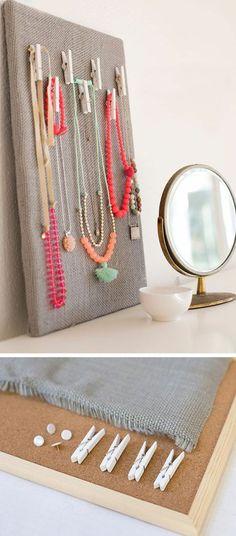 schmückständer selber machen, pinwand, halsketten, spiegel, grauer stoff, klammern