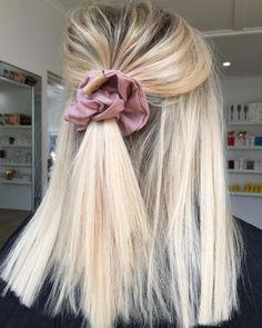Hairstyles With Bangs champagne blonde hair color.Hairstyles With Bangs champagne blonde hair color Champagne Blonde Hair, Blonde Hair Looks, Blonde Short Hair, Light Blonde Hair, Pretty Hairstyles, Hairstyle Ideas, Scrunchy Hairstyles, Blonde Hairstyles, Easy Hairstyles